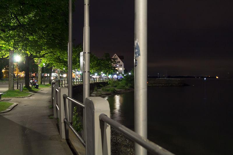 File:Friedrichshafen bei Nacht - Promenade 003.jpg