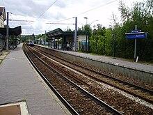 Vue des quais avec un train venant de Paris-Saint-Lazare.