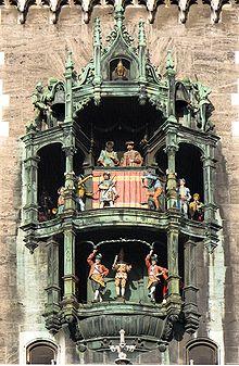 Glockenspiel Rathaus München.jpg