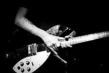Piccioto gitárt tart