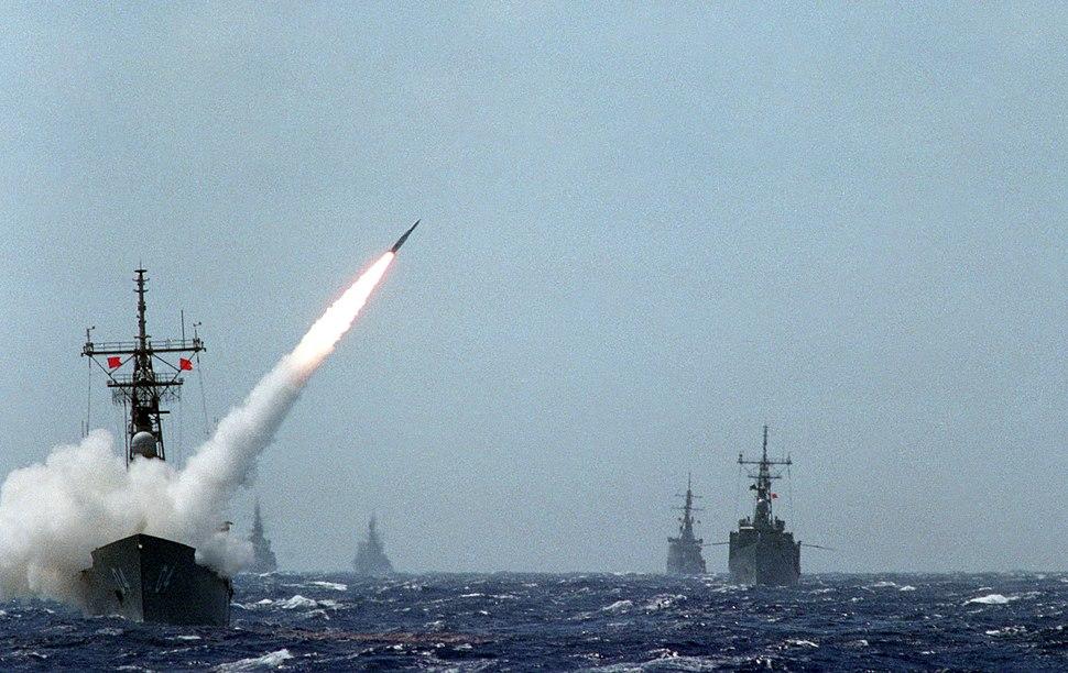 HMAS Darwin (FFG 04) launching a RIM-66 Standard missile on 1 June 1986 (6417017)