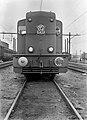 HUA-154297-Afbeelding van de diesel-electrische locomotief nr. 2402 (serie 2400-2500) van de N.S. te Almelo.jpg