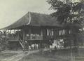 Het huis van zendeling Hofman in Kasigoentjoe op Midden-Celebes.png