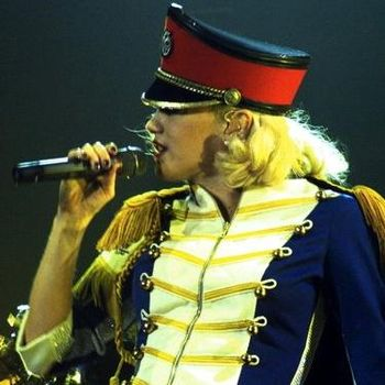 Gwen Stefani performing Hollaback Girl in Dulu...