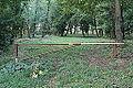Hrobka Daubků pohled na závoru na počátku přístupové cesty. Ve vegetačním období stromy hrobku kryjí.JPG