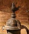Hydria in bucchero pesante decorata a stampo, VI secolo ac. 02 cimasa con gallina.jpg