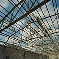 Interieur, overzicht staalconstructie dak van de hal, aan de noordzijde (polonceauspanten) - Midwolda - 20378638 - RCE.jpg