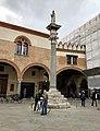 Italie, Ravenne, Piazza del Popolo, Statue de Saint Apollinaire sur une colonne vénitienne devant le Petit Palais vénitien et le Palazzo Communale (48087009201).jpg