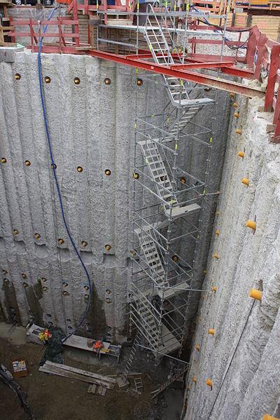 File:Juni 2010 Baugrube am Luiese Kiesselbach Platz 2.JPG