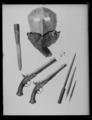Kniv skaft av ljusbrunt trä med ovalt tvärsnitt, på ovansidan rombisk stålplatta - Livrustkammaren - 19625.tif