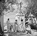 Koningin Juliana wordt begroet bij aankomst op Bonaire, Bestanddeelnr 252-3817.jpg