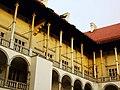 Krakov, Wawel, pohled na sloupoví na nádvoří.JPG