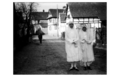 Krautergersheim deux communiantes dans la-mühlgasse lucien Blumer 1924.png