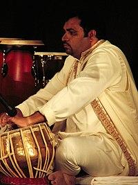 Músico tocando la tabla en el VIII Festival Internacional de Música de Kuwait