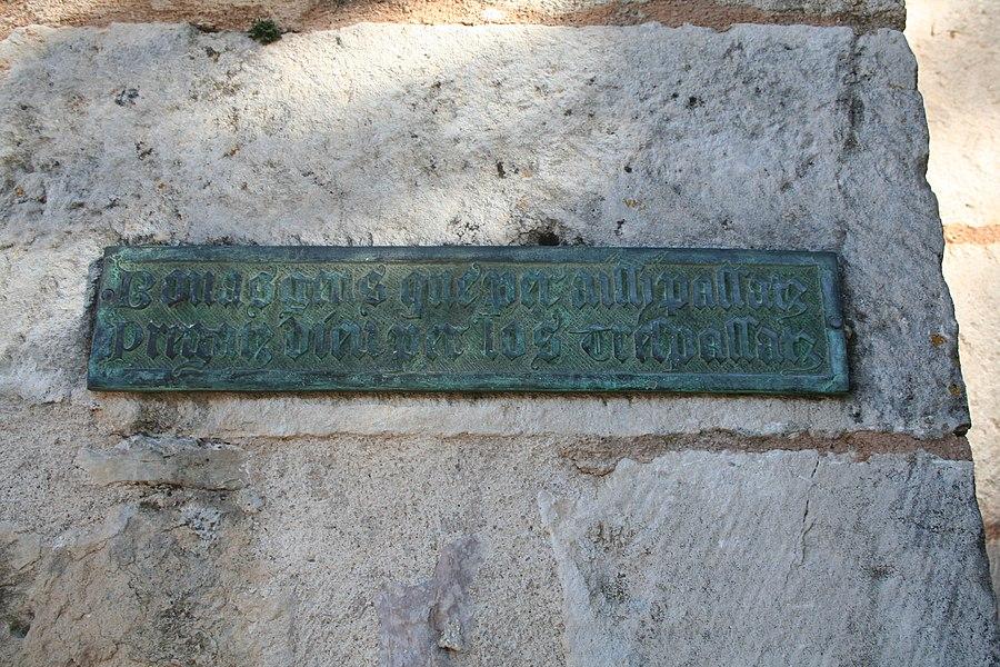 La Couvertoirade (Aveyron) - inscription en occitan sur l'église:  Bonas gens que per aissi passatz pregatz Dieu per los trepassatz Bonnes gens qui passez par ici priez Dieu pour les trépassés
