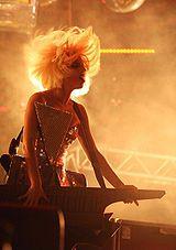 Quien Stefani Joanne Angelina Germanotta (Lady Gaga) GENERO:[MUSICAL] 160px-Ladygagaperfoming