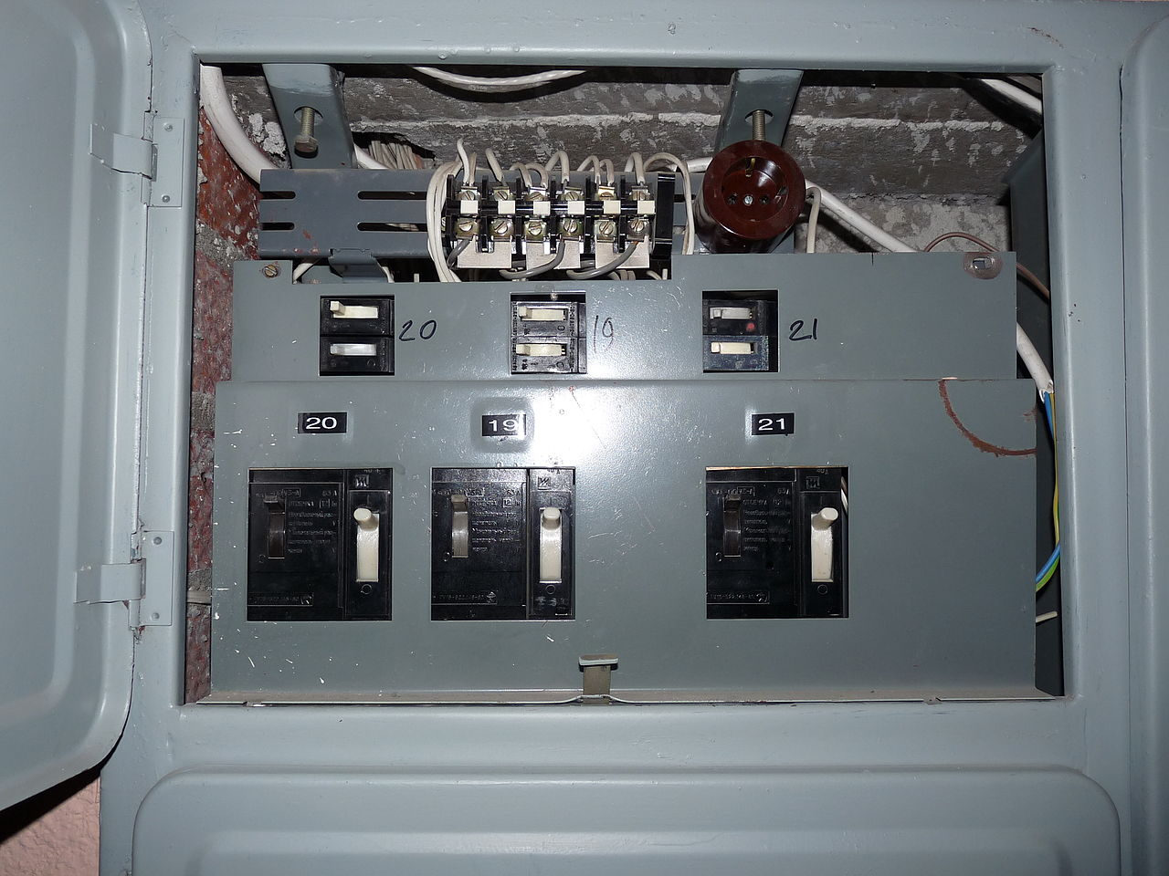 Circuit Breaker Vs Fuse Box Wiring Library Older Electrical Boxes Fileliikuri 16 Old Breakers In