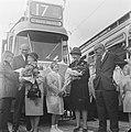 Lijn 17 rijdt door Osdorp, mevrouw Van Wijk en mevrouw Ybena werden bloemen aang, Bestanddeelnr 914-2808.jpg