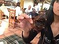 Loka indianino kun kapo de kuirita kobajo en la restoracio La Cusqueñita.jpg