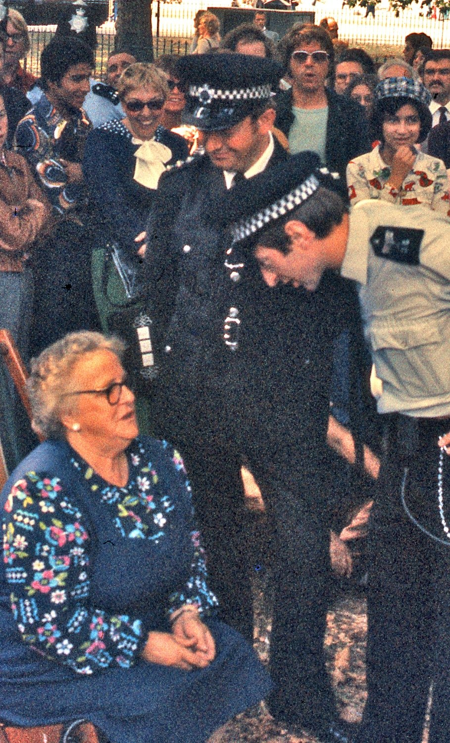 London police talk to seated woman, 1976