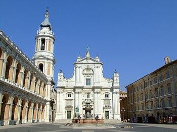 Plaza de la Madonna y fachada de la Basilica del Santuario