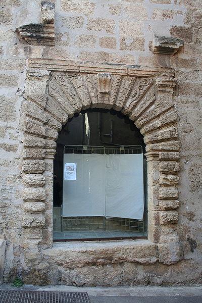 Loupian (Hérault) - ancienne entrée du château.