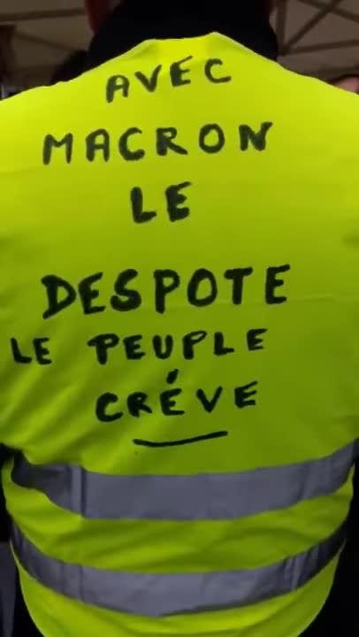 File:Manifestation Gilets Jaunes Paris République 22 décembre 2018 -20  Acte6 Macron le despote.webm - Wikimedia Commons