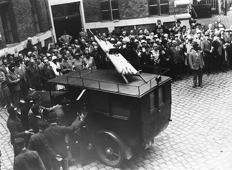 File:Markó utca 22., a Nemzetközi orvostörténeti kongresszus résztvevői az Országos Mentőszolgálat központjában. Fortepan 74412.jpg
