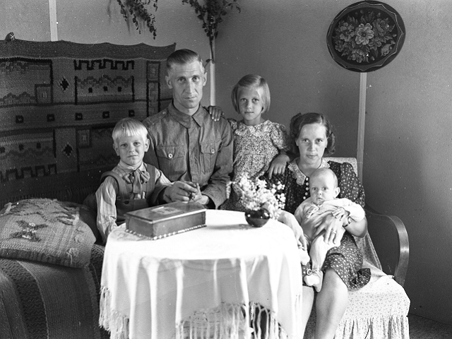 File:Mauno Mannelin and family.tiff