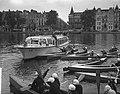 Meisjes padvindsters brengen vanuit hun boten een groet aan Lady Baden-Powell di, Bestanddeelnr 906-6734.jpg