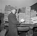 Meneer Dirchsen met preien in de hand bij een vrachtwagen met veilingkisten gevu, Bestanddeelnr 252-8799.jpg