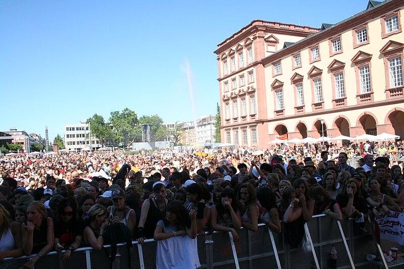 File:Menschenmenge bei der Arena Of Pop 2006 001.JPG