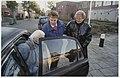 Mevrouw De Boer(m), vrijwilligster bij de Algemene hulpdienst, haalt bejaarden op om naar het aktiviteitencentrum te brengen. NL-HlmNHA 54050216.JPG