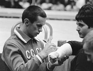 Mikhail Voronin - Voronin is signing a bandage at the 1966 world championship