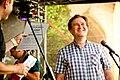 Milan Tesař přebírá cenu Opětavec na festivalu Hradecký slunovrat 2016.jpg