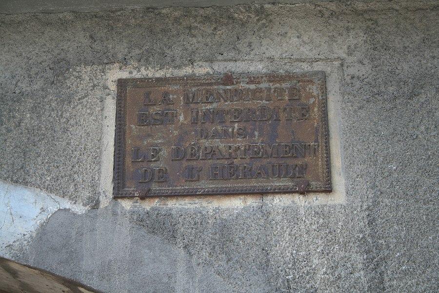 Montagnac  (Hérault) - ancienne plaque: La mendicitéest interditedansle département de l'Hérault.