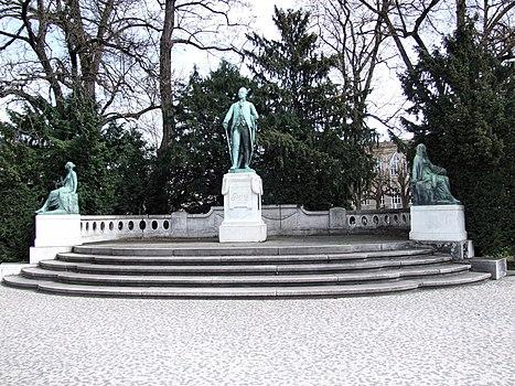 Monument à Goethe de la place de l'Université.jpg
