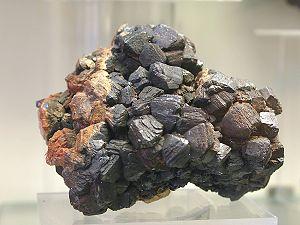Mottramit - Mineralogisches Museum Bonn (7282).jpg