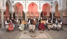 photo en couleurs d'un orchestre jouant dans un patio de style arabe.