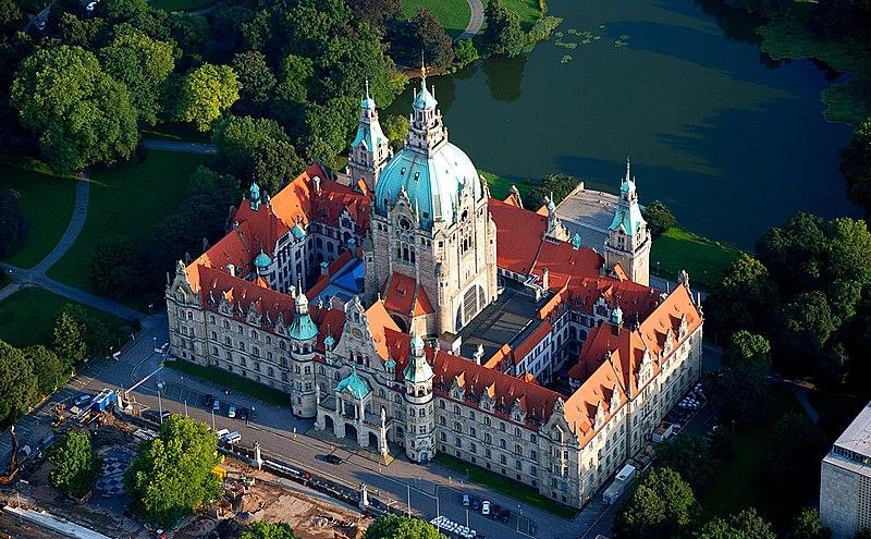File:Neues Rathaus Hannover Luftbild.JPG