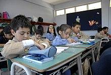 Niños chilenos estudiando