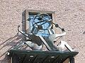 Nijmegen - Sculptuur Het Geldverkeer van Charles Hammes boven de ingang van Klein Mariënburg 24.jpg
