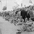 Onafhankelijkheidsdag (15 mei). Publiek op een tribune langs de route van de mil, Bestanddeelnr 255-4659.jpg