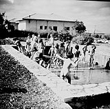 Rekreacyjne pływanie nago na świeżym powietrzu dla dzieci w Izraelu, ok. 1950 r.