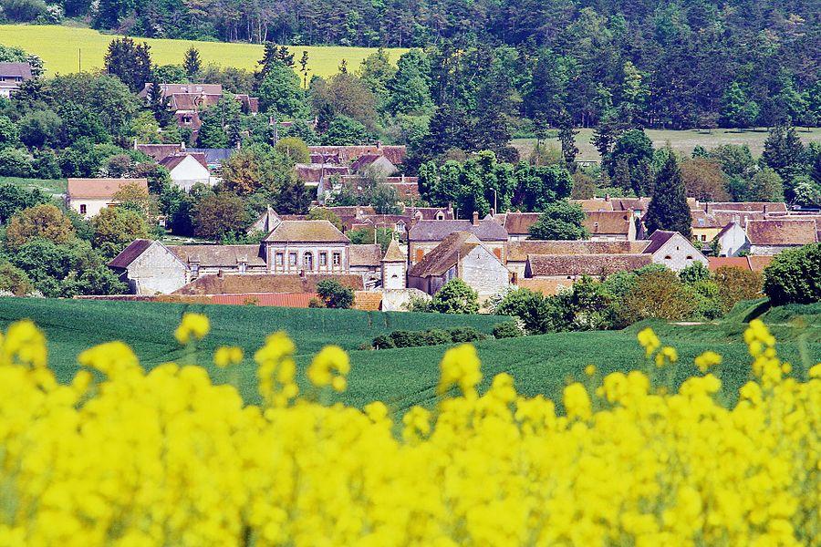 Le village de la Postolle vu depuis le ravin des Poissons sur la route de Voisines
