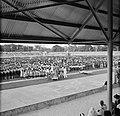 Publiek bij de ontvangt van het koninklijk gezelschap in het stadion van Paramar, Bestanddeelnr 252-4751.jpg