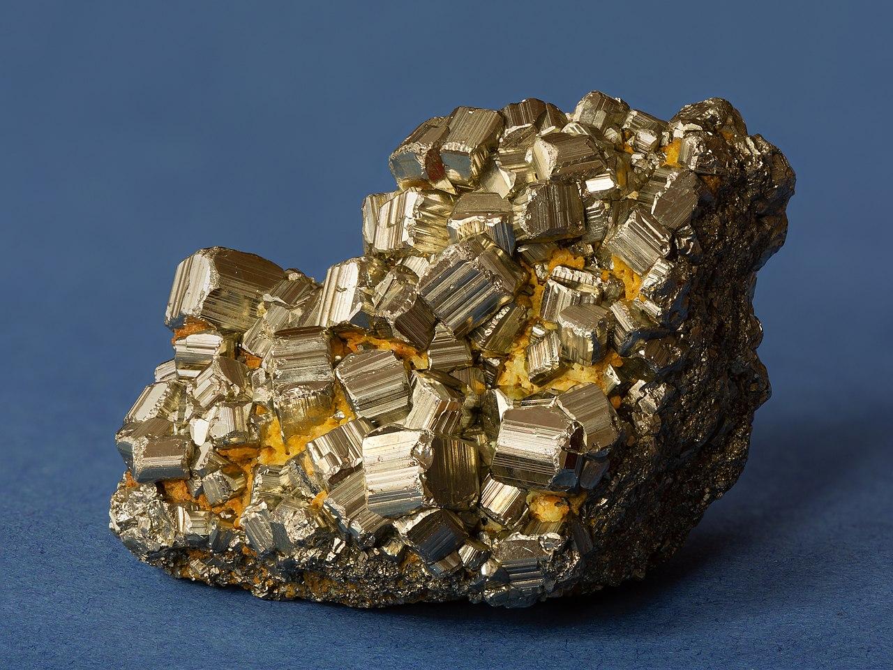 Minéraux et pierres précieuses - Page 23 1280px-Pyrit_01