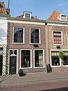 foto van Lijstgevel voor huis van parterre en verdieping met schilddak, bovendeel nieuw beklampt