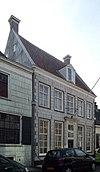 foto van Huis met zadeldak tussen puntgevels, parterre met verdieping