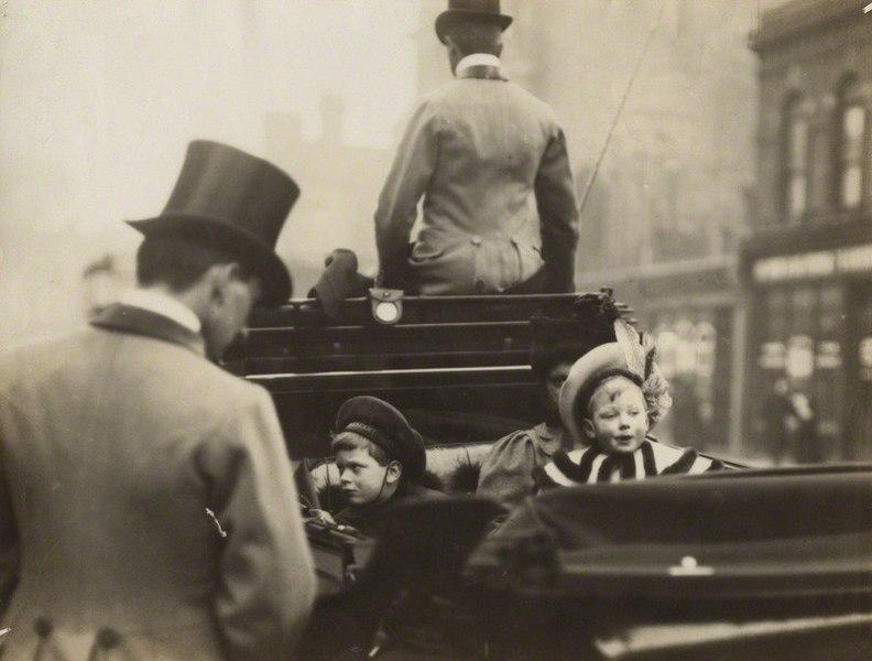 Sortie shopping royal pour les Princes Edward et John en 1900.